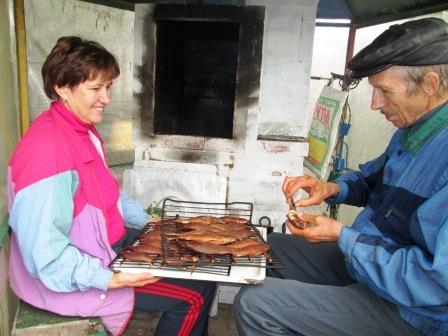 Уличная печь коптильня в работе