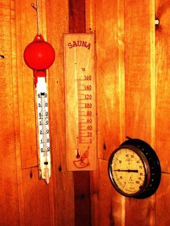 Фото.Устройство парилки. Измерение температуры и относительной влажности воздуха в парилке